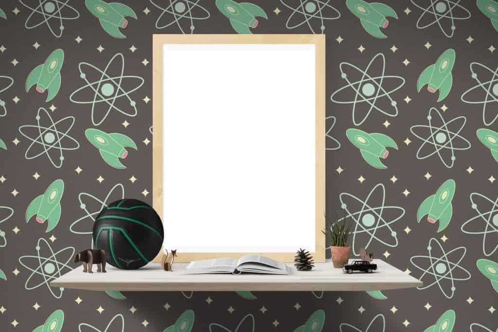 Papel de parede infantil com bancada de estudos e espelho.
