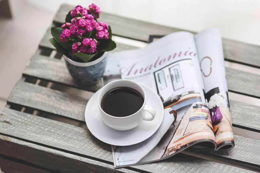 Revista de arquitetura sob xícara de café.
