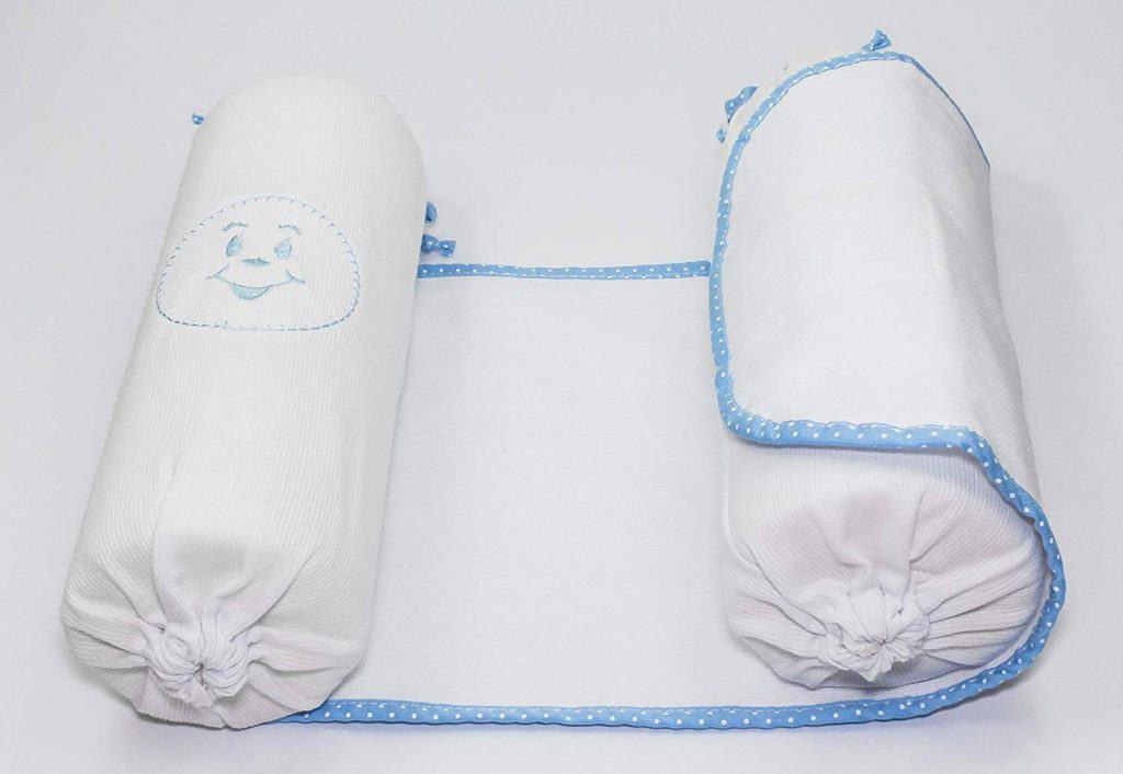 Rolinho segura bebê.