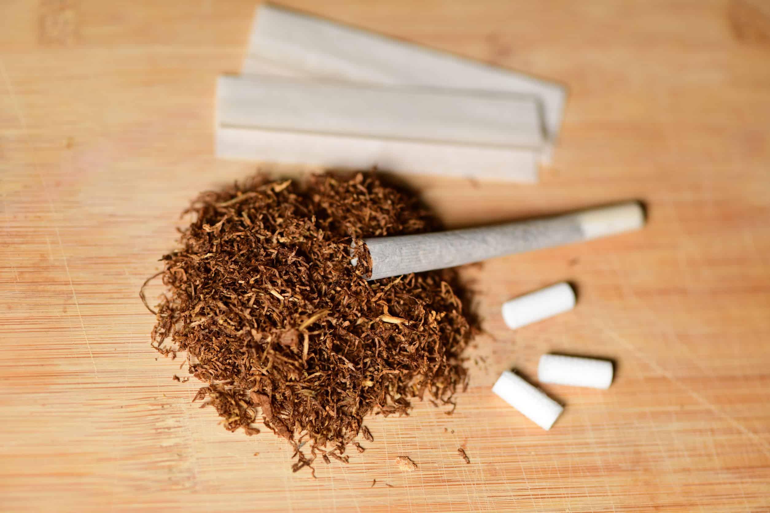Imagem mostra sedas, tabaco e filtros sobre uma mesa.