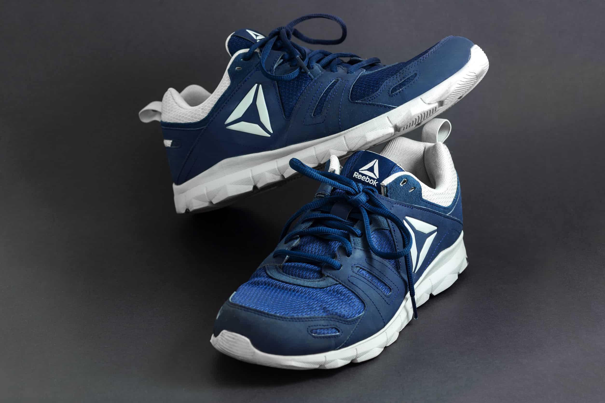 Na foto um par de tênis Reebok azul.