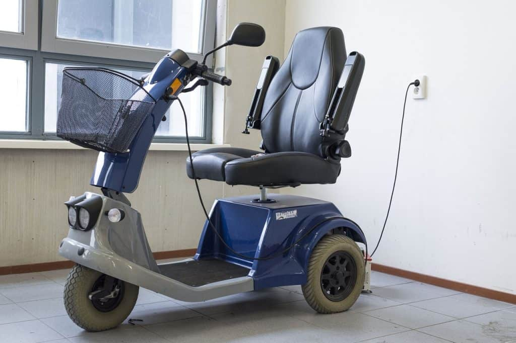 Imagem de um triciclo elétrico carregando.