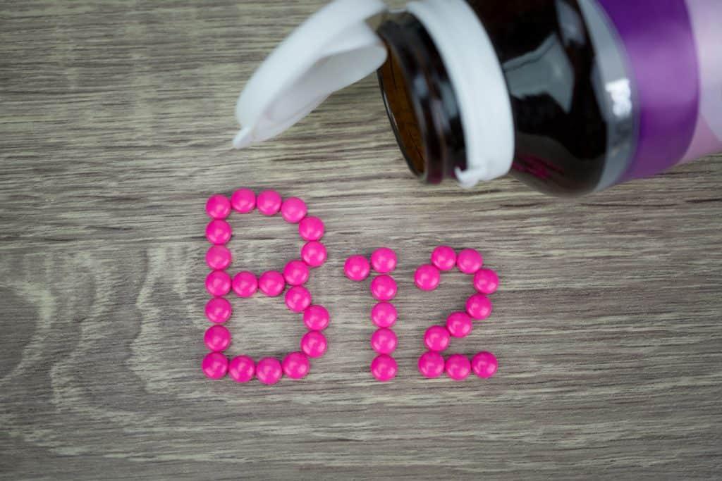 B12 escrito com comprimidos.