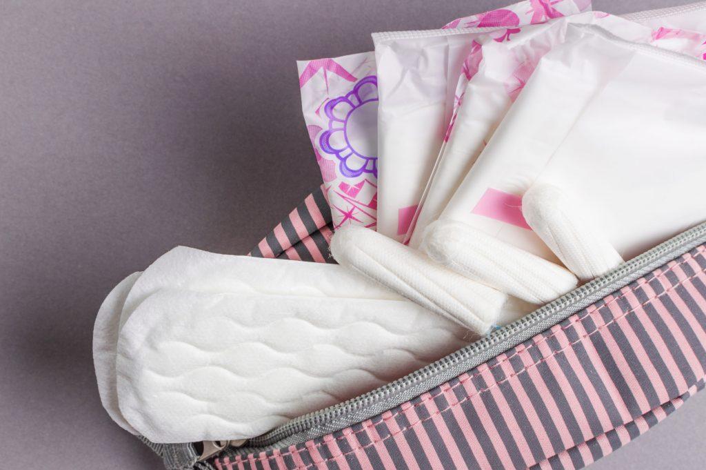 Tipos de absorvente dentro de bolsa.