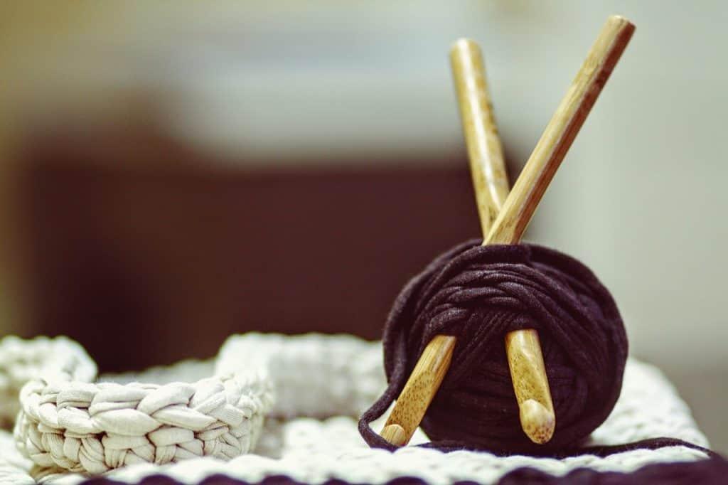 Imagem de um par de agulhas de crochê de bambu.
