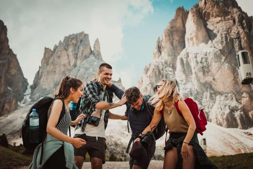 Imagem de um grupo de pessoas usando mochilas.