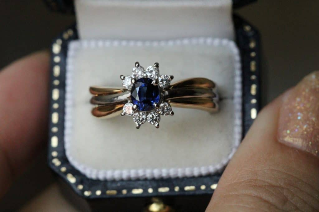 Imagem de um anel de safira.