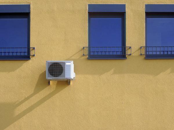 Fachada de prédio com ar condicionado de janela.