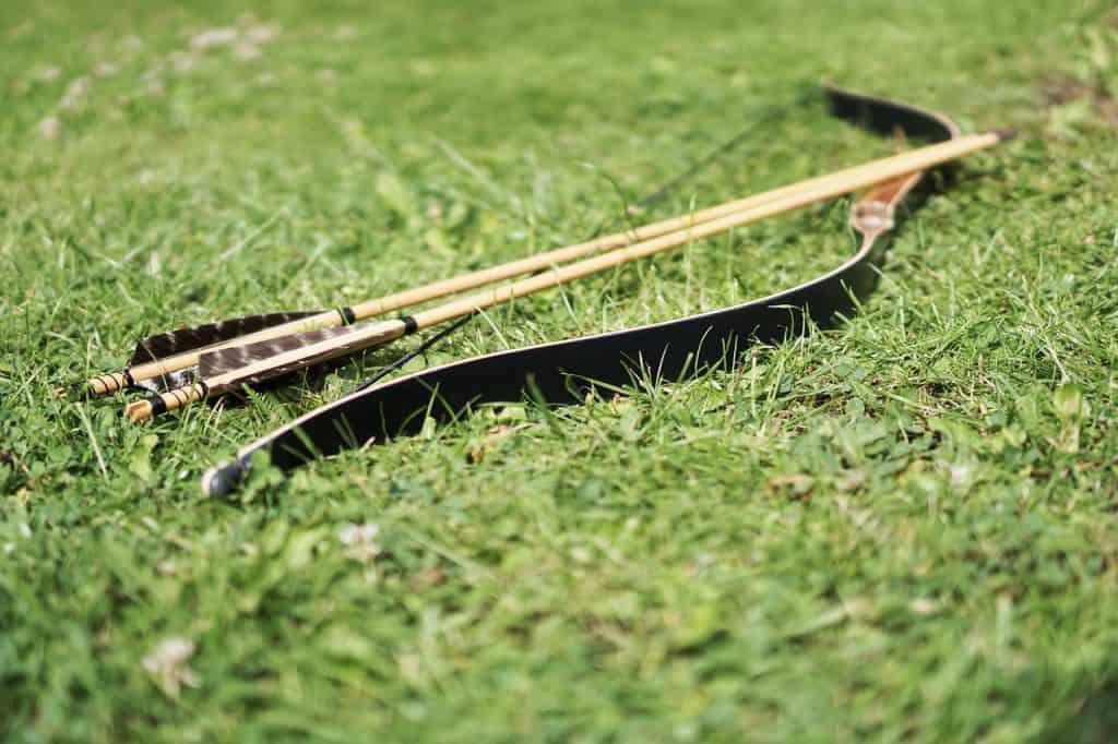 Arco e flechas na grama.