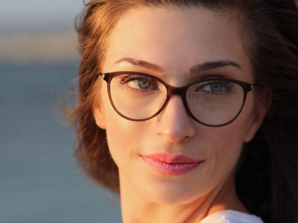Imagem de uma mulher usando um óculos de grau.