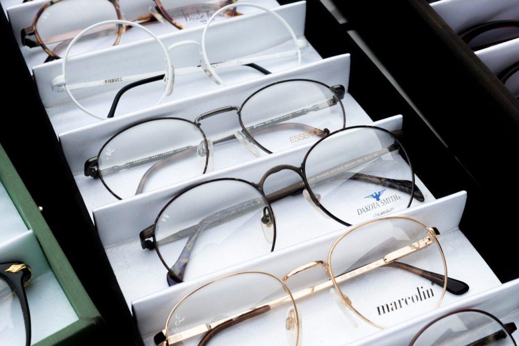 Imagem de vários modelos de óculos de grau.