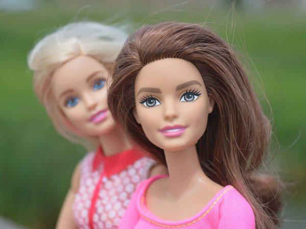 Barbie morena e loira juntas.