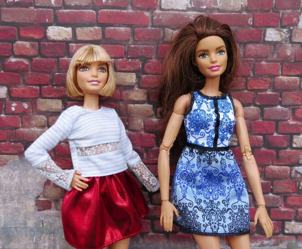 Barbie de cabelo curto e Barbie de cabelo escuro.