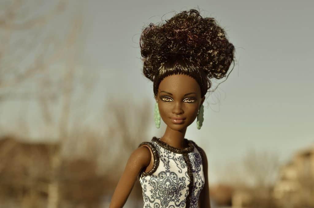 Barbie afro com vestido de festa.
