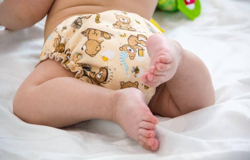 Bebê com fralda ecológica.