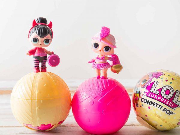 Três bolas e duas bonecas LOL.