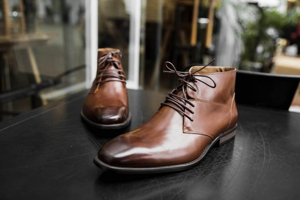 Imagem de um par de botas sociais.