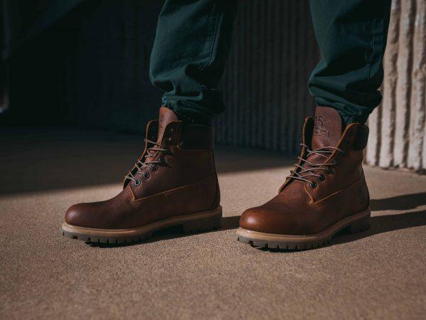 Imagem de um homem calçando botas.