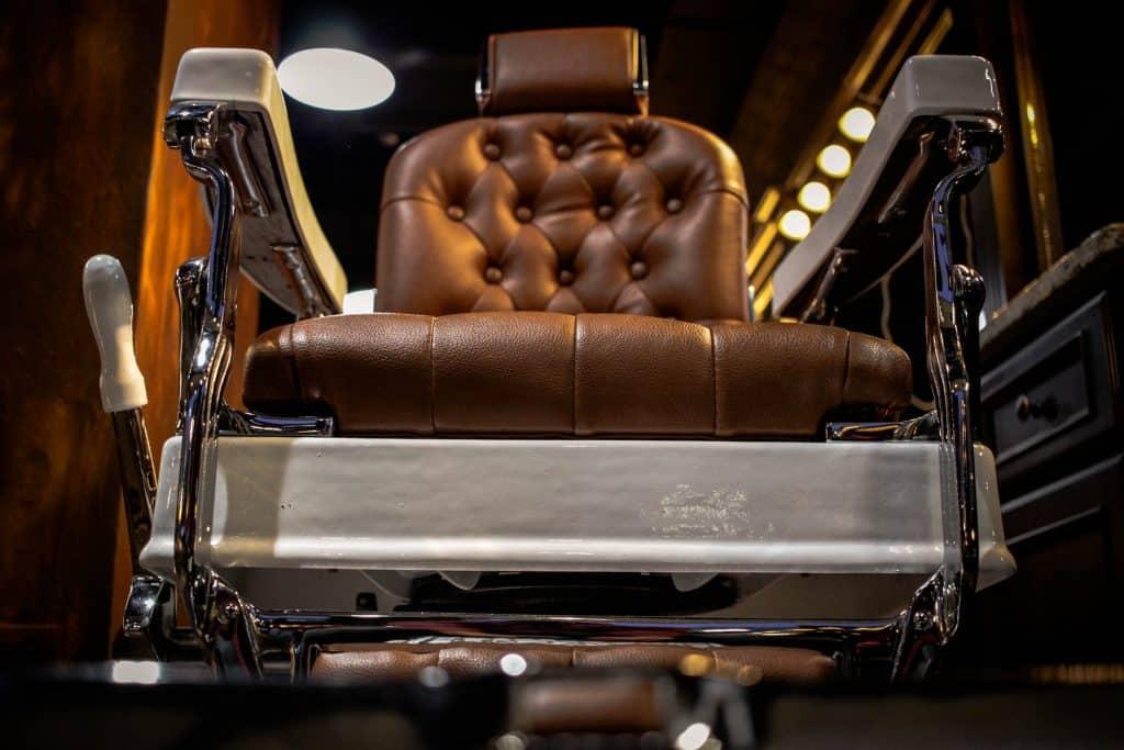 Cadeira de barbeiro em couro.
