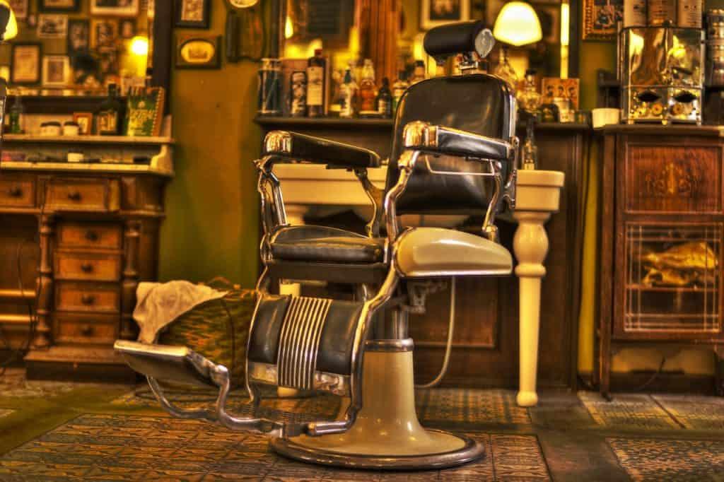 Cadeira de barbeiro em barbearia antiga.