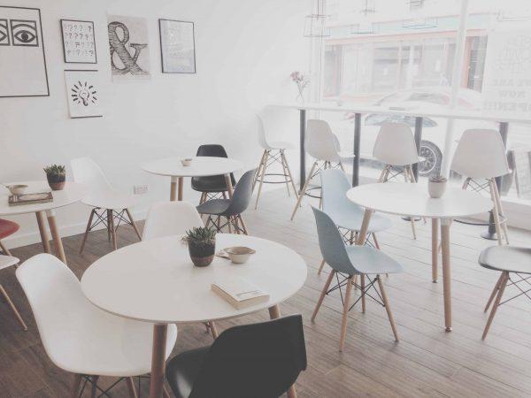 Ambiente com diversas cadeiras eiffel.