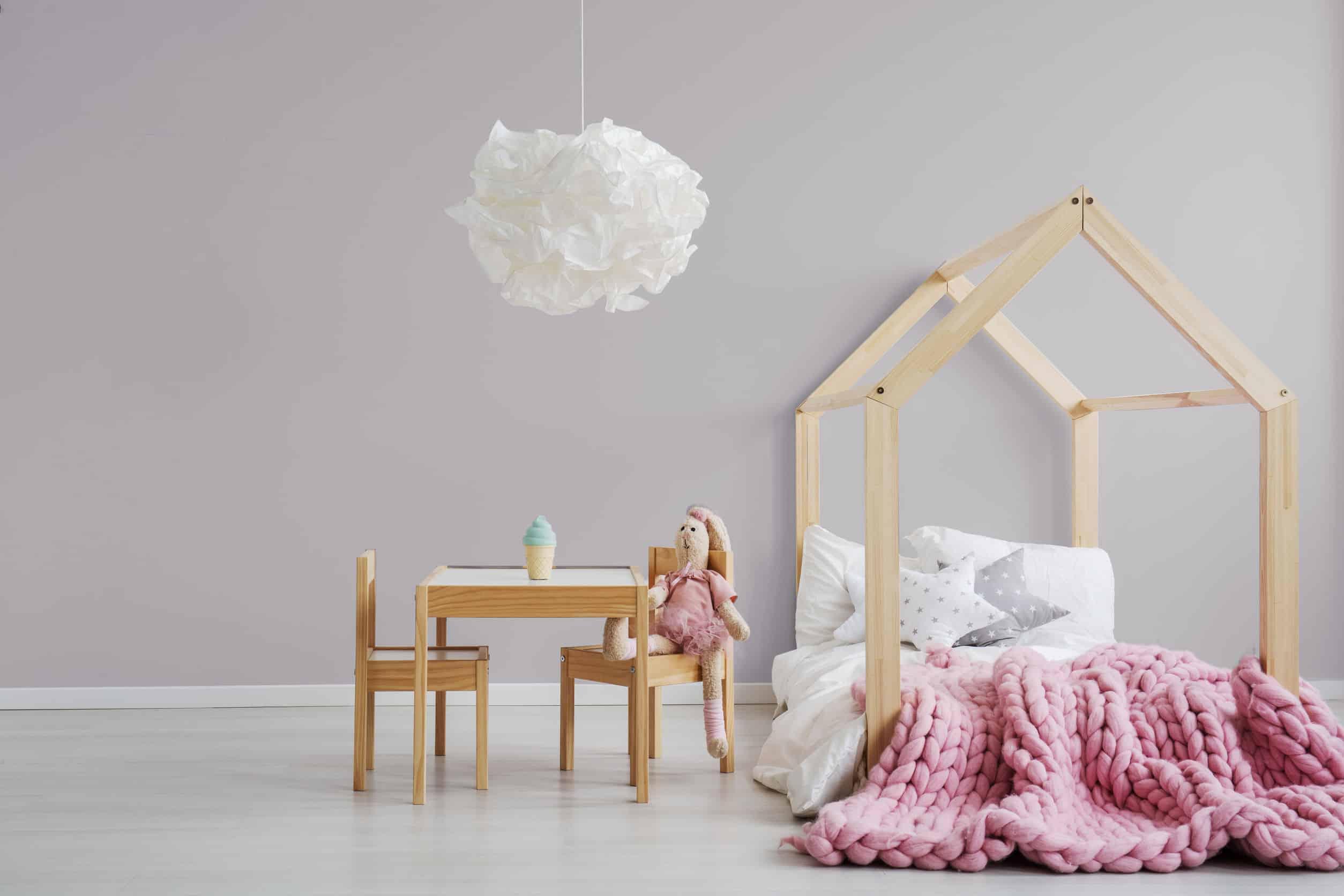 Quarto de menina com cama montessoriana.