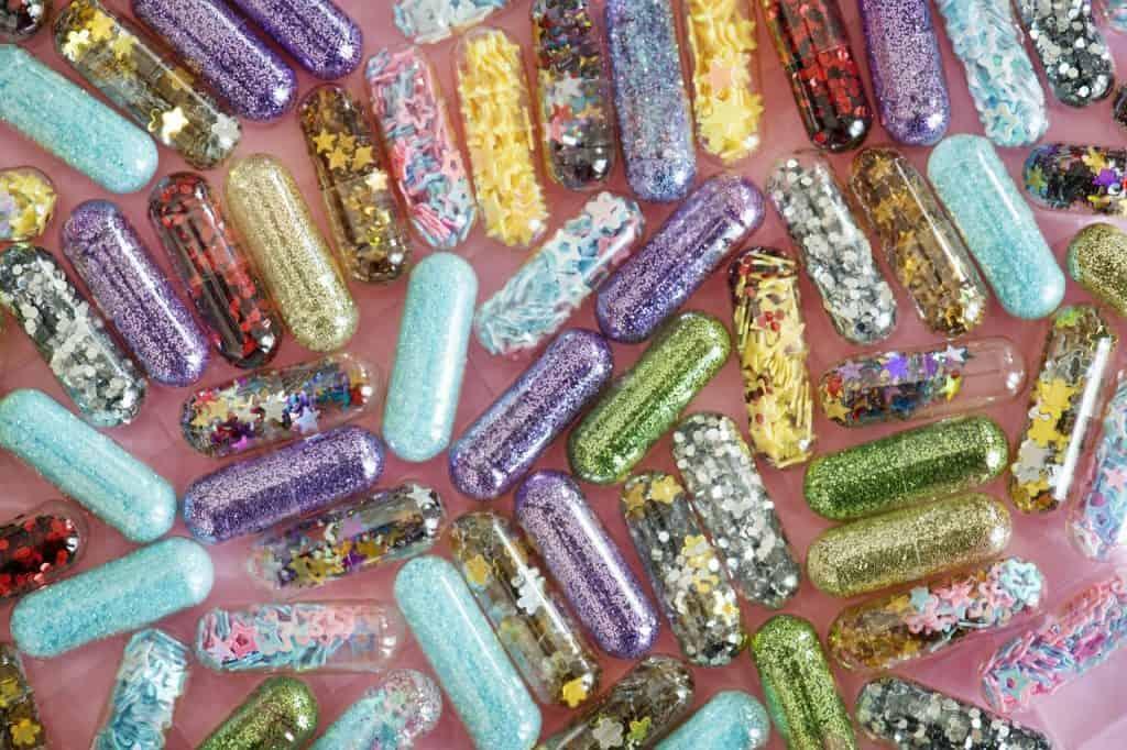 Imagem de várias embalagens de glitter biodegradável.