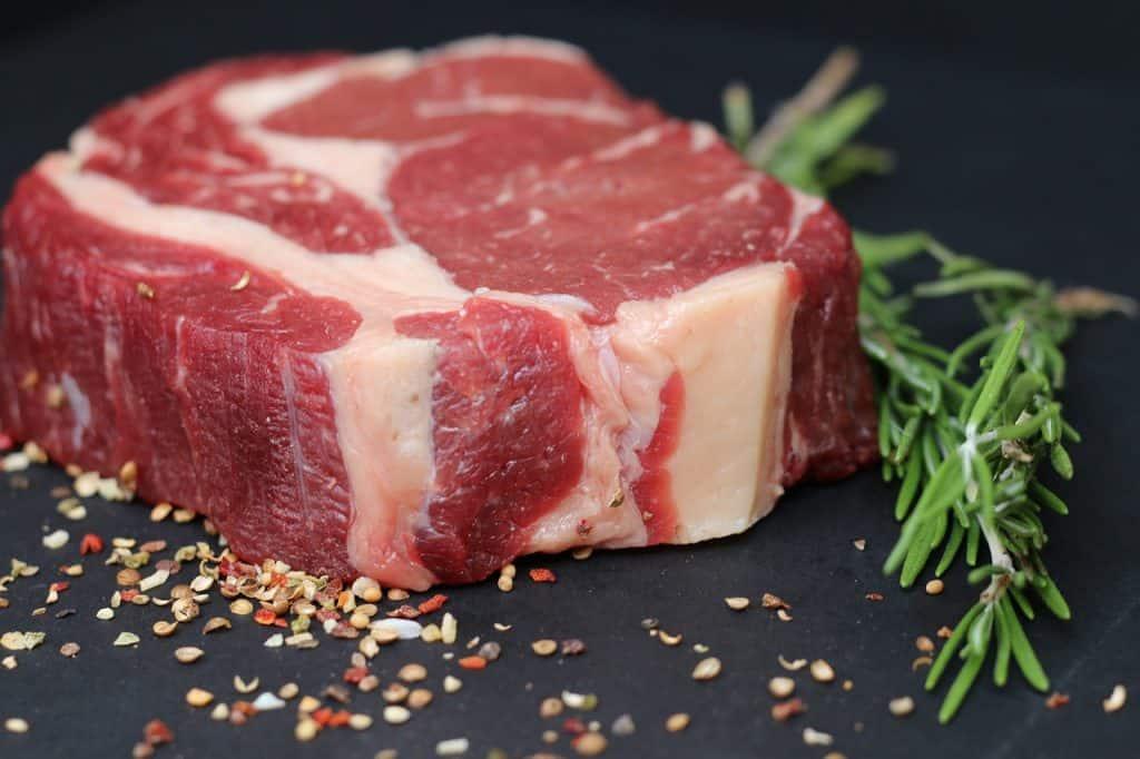 Pedaço de carne crua.