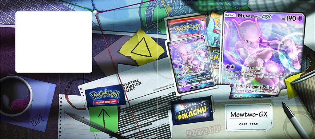 Uma mesa típica de detetive, com documentos, post-its, cordões ligando os pontos, lápis, marca de copo de café, copo de café em cima de um guardanapo, mapa, caneta, e algumas cartas Pokémon.