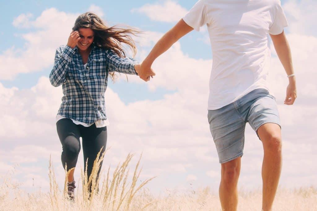 Imagem de um casal caminhando.