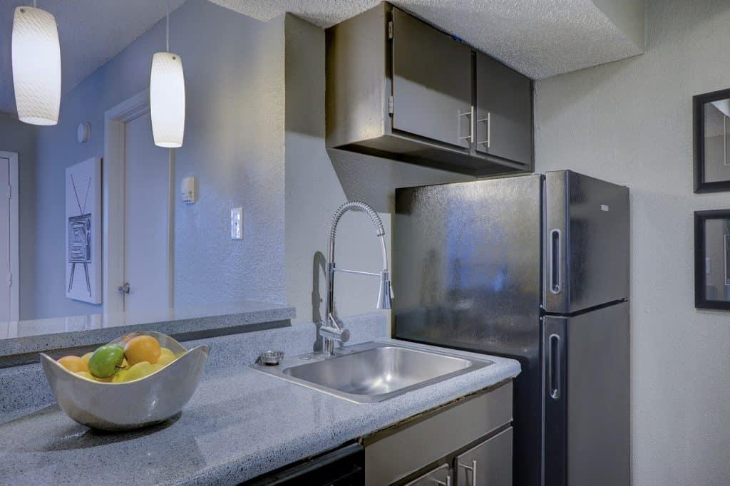 Cozinha com geladeira.