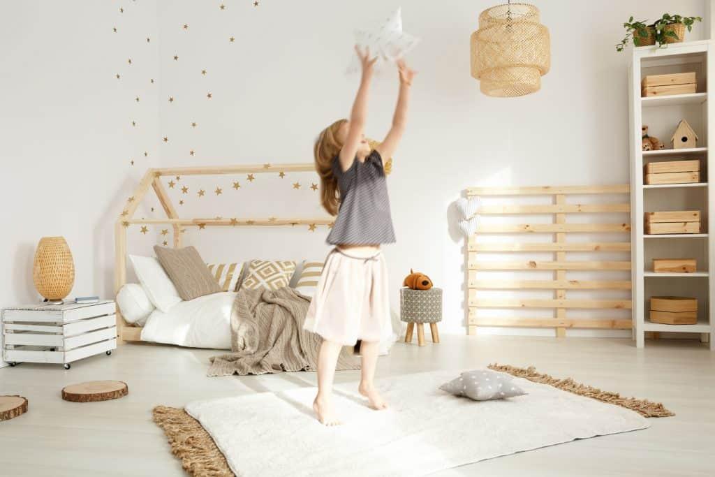 Criança em quarto montessoriano.