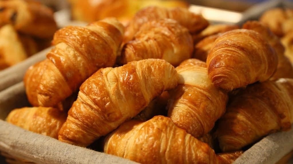 Imagem de cesto com croissants.