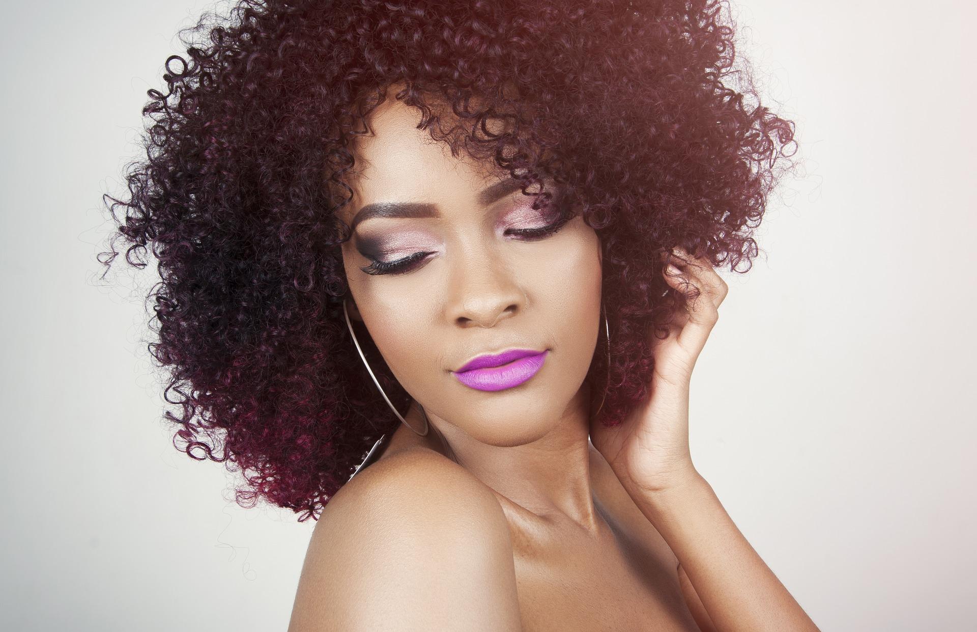 Imagem de uma mulher com o cabelo tratado.