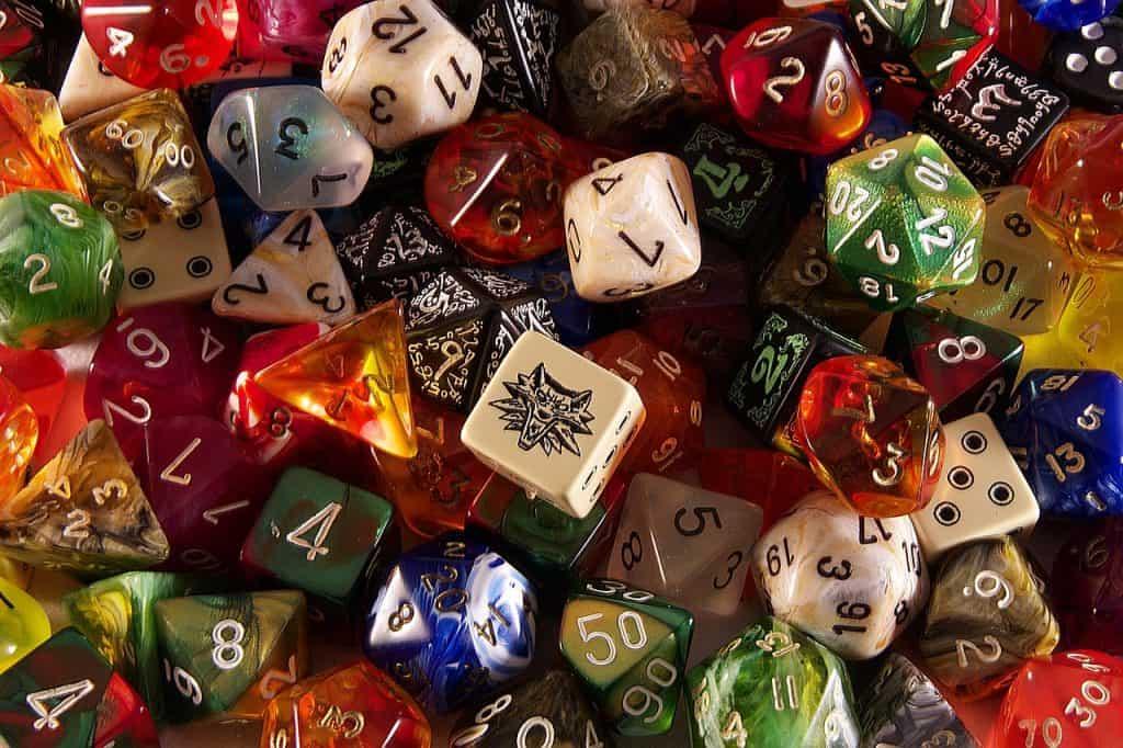 Centenas de dados de RPG com diferente cores e faces.