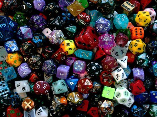 Centenas de dados de RPG com diferentes faces.