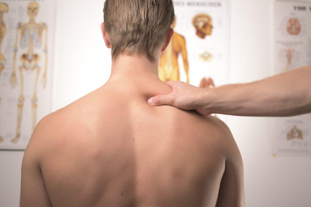 Imagem de um homem passando por uma consulta com o ortopedista.