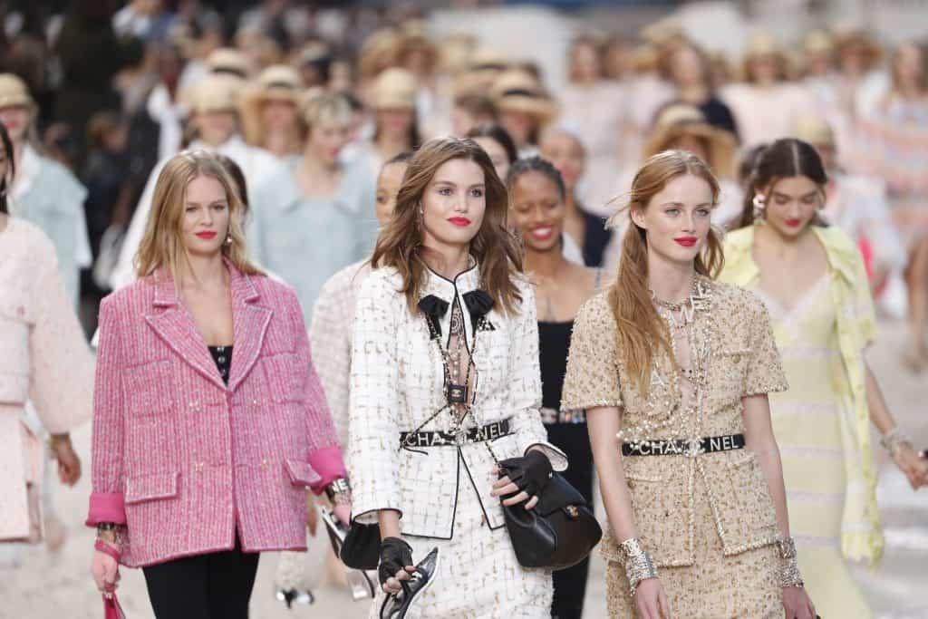 Modelos com blazer Coco Chanel.