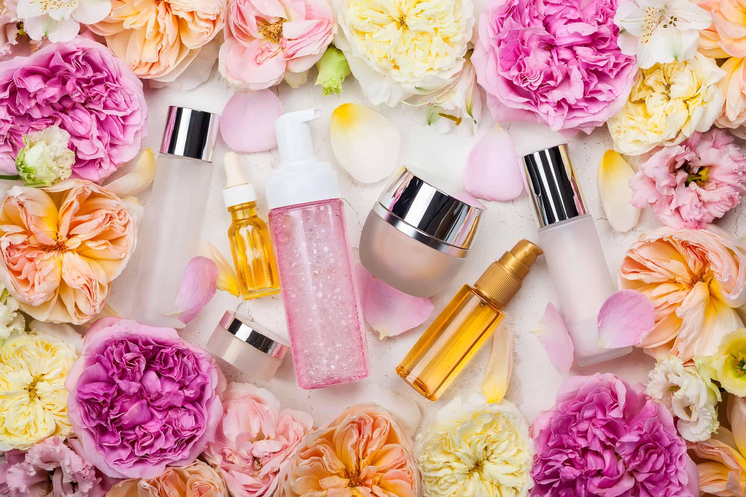 Imagem de desodorantes íntimos cercados de flores.