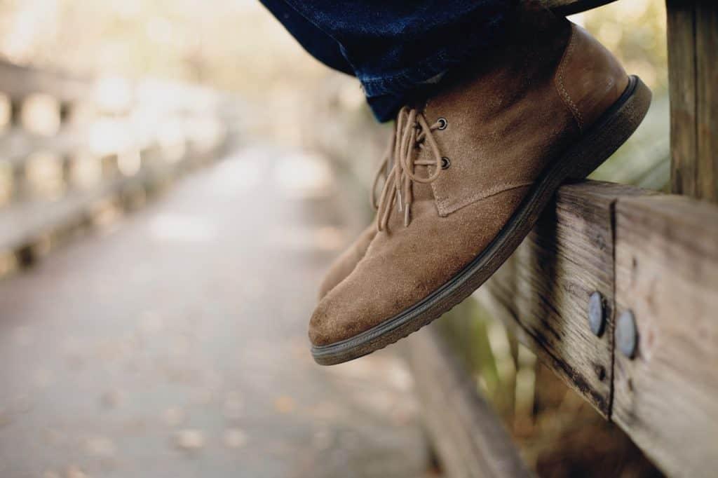 Imagem de uma pessoa usando desert boots.