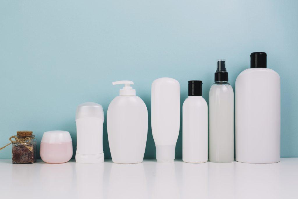 Imagem com frascos de vários tamanhos em fileira, desde o menor até o maior.