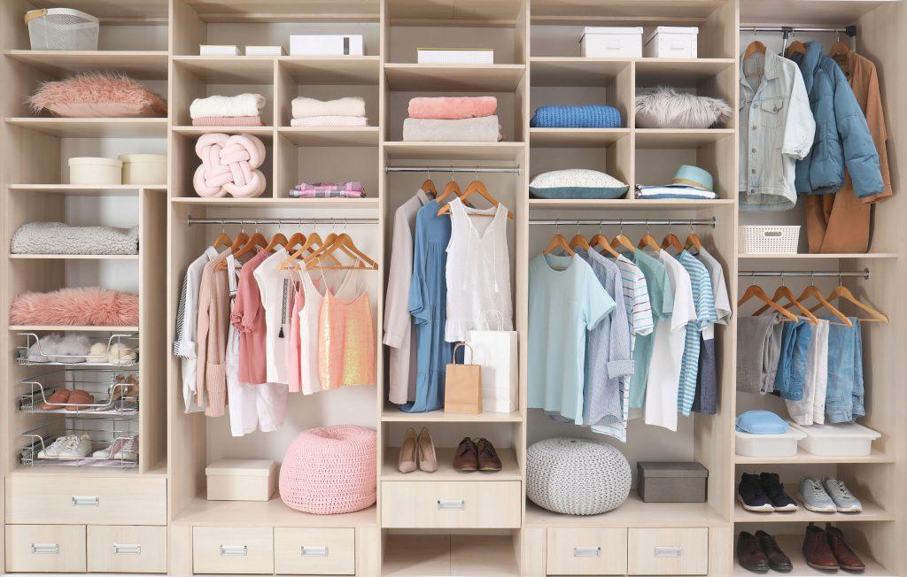 Espaço interno de guarda roupas.
