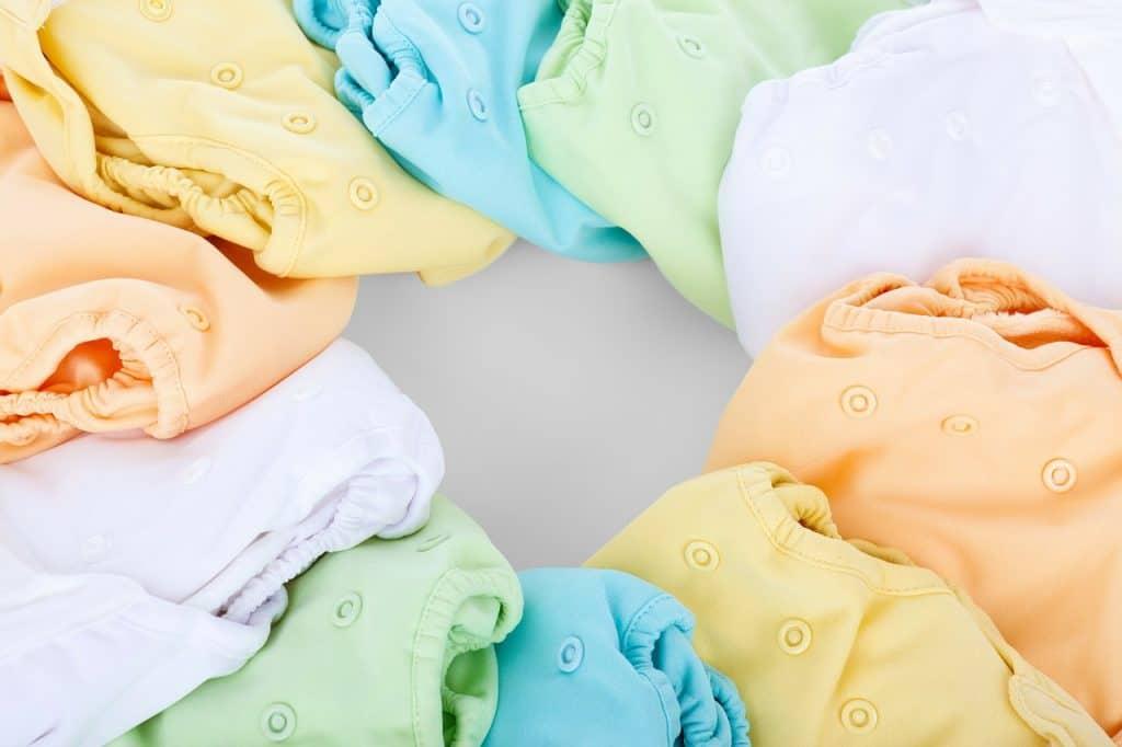 Várias fraldas ecológicas coloridas.