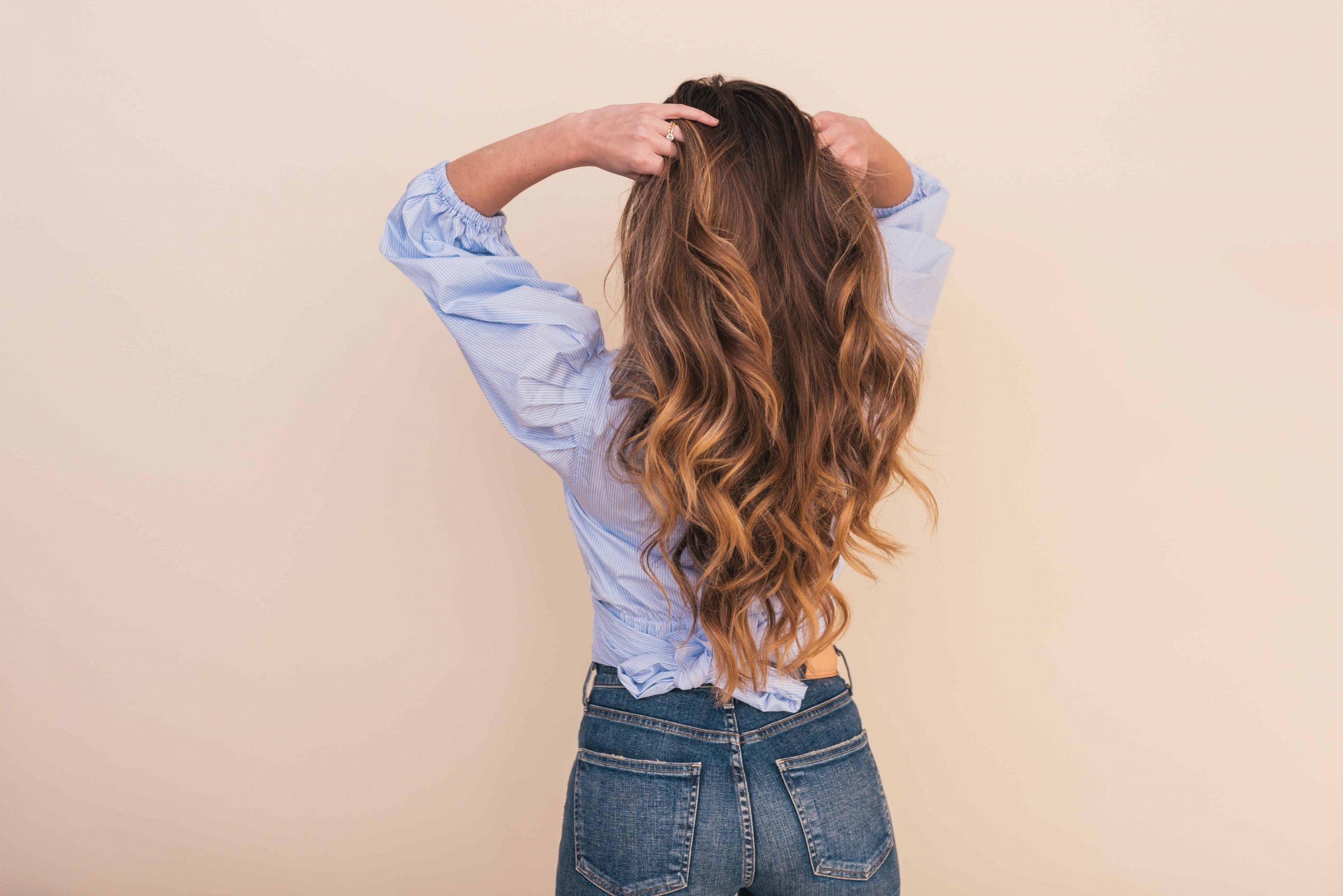 Imagem de uma moça de costas.