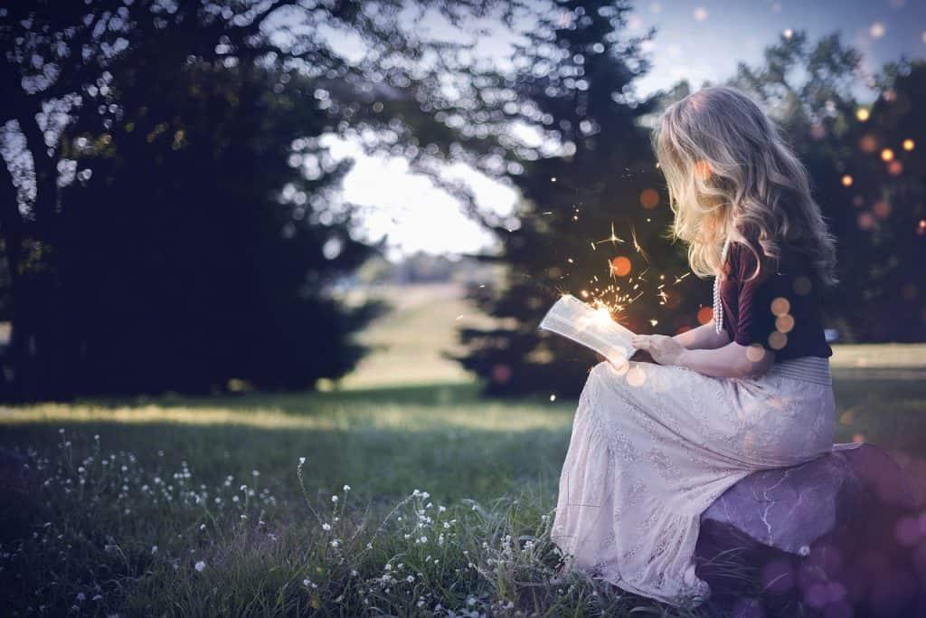 Imagem de uma moça lendo.