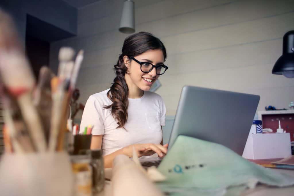 Imagem de uma mulher trabalhando.
