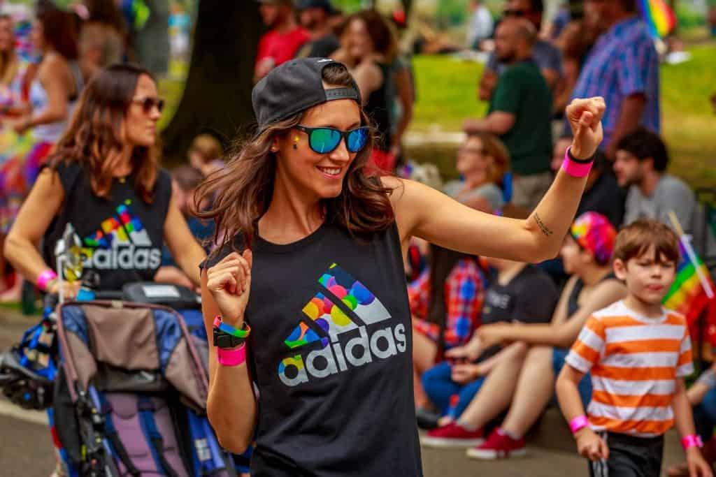 Imagem de uma mulher vestida com uma camiseta Adidas.