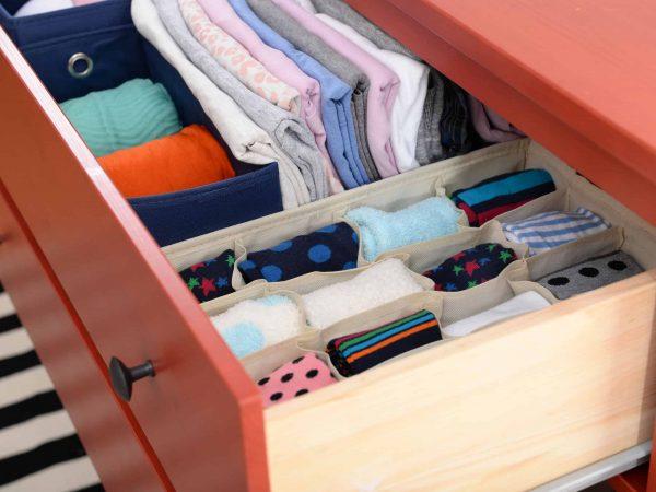Gaveta arrumada com uso de diferentes modelos de organizador de gavetas.