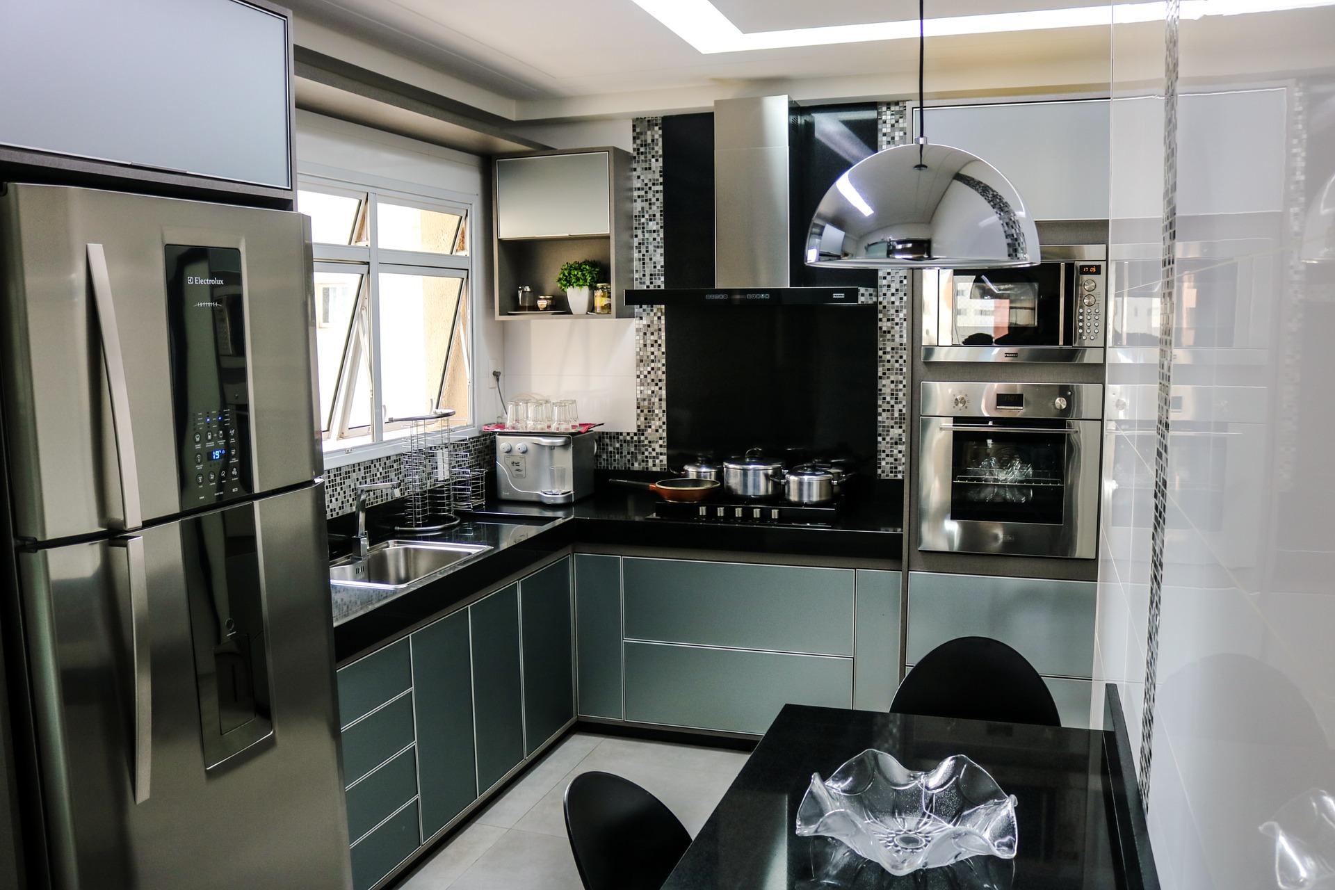 Geladeira Electrolux em cozinha preta com cinza.