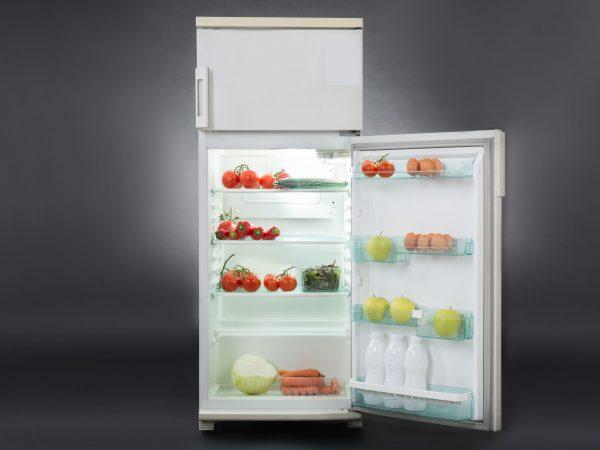 Geladeira com a porta do refrigerador aberta.